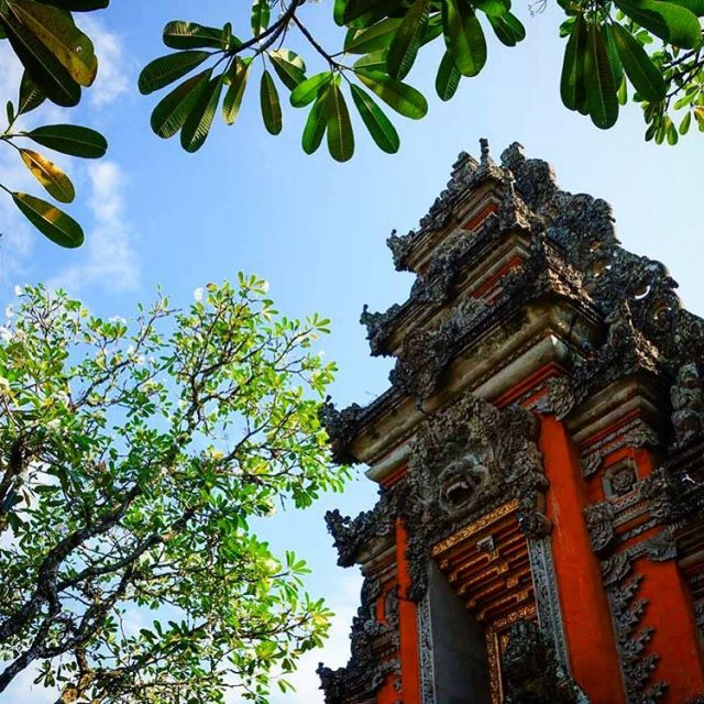 One of the many temples in Ubud Bali! travel reizenhellip